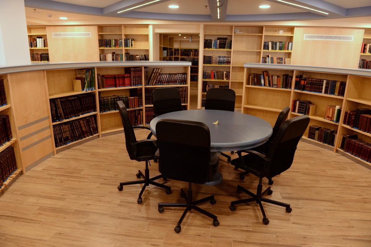 ספריה בישיבת הסדר. עיצוב פנים ריקי גרוזמן